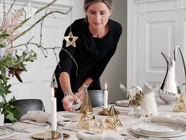 GJ-Christmas 2019-dinner table with  ornaments